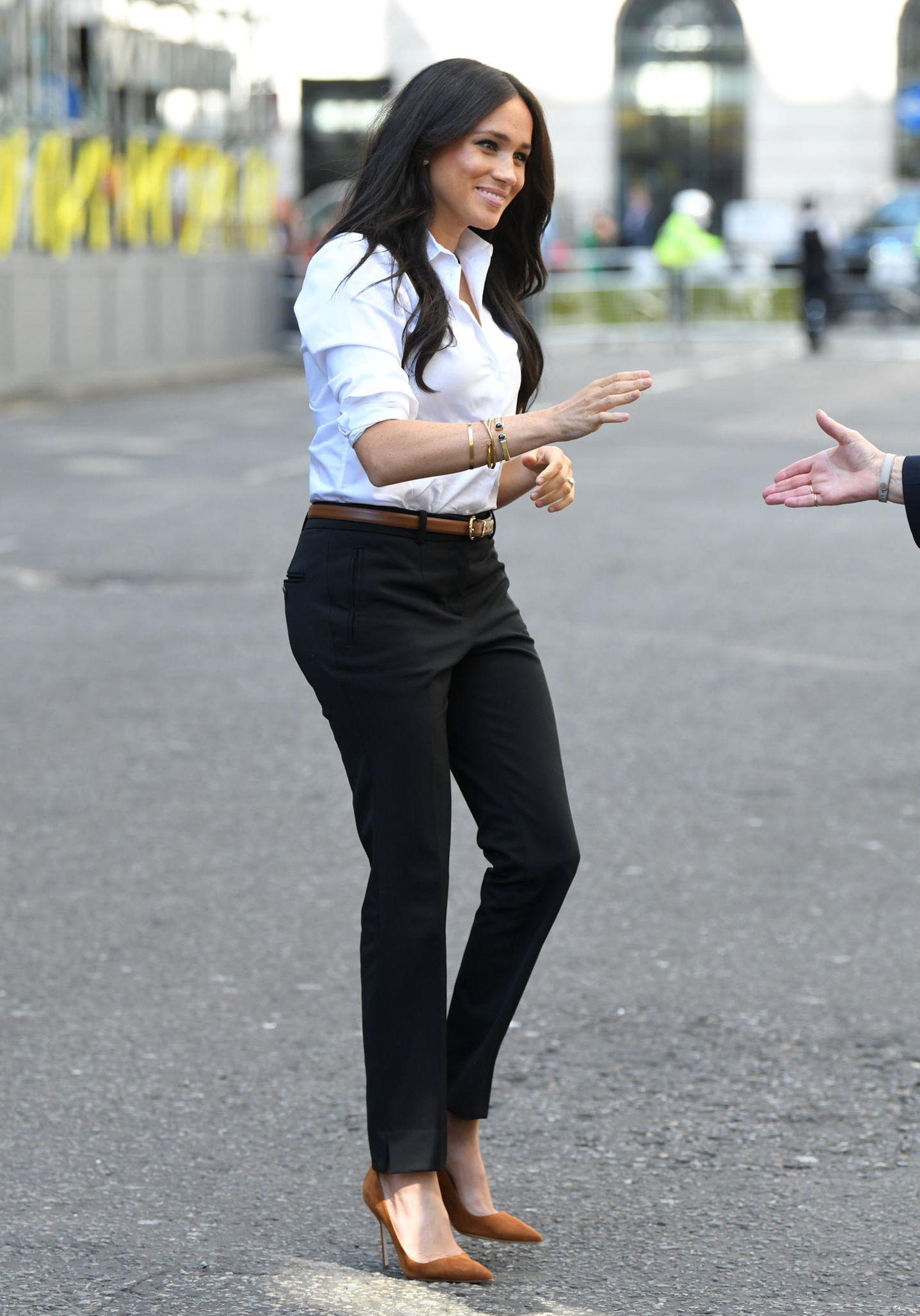 Meghan Markle: Meghan in schwarzer Hose und weißem Hemd