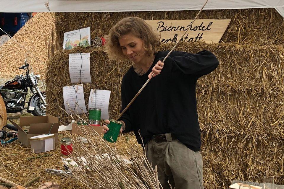 Blütenfreunde: Redakteurin Susanne baut ein Insektenhotel