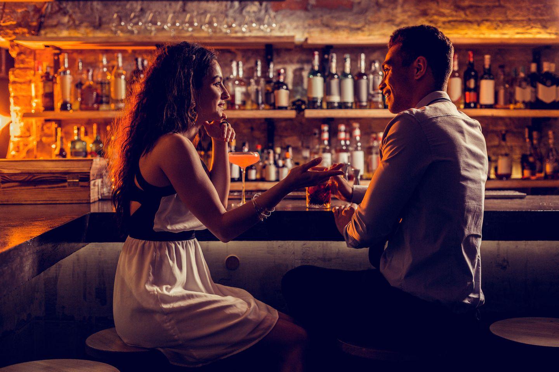 Amy Cuddy: Ein Pärchen beim ersten Date in einer Bar