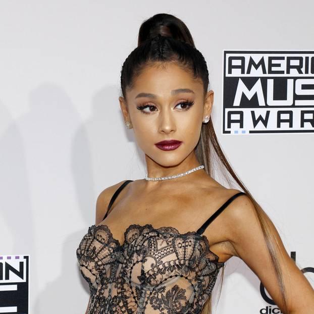 Promi-Looks: Ariana Grande posiert
