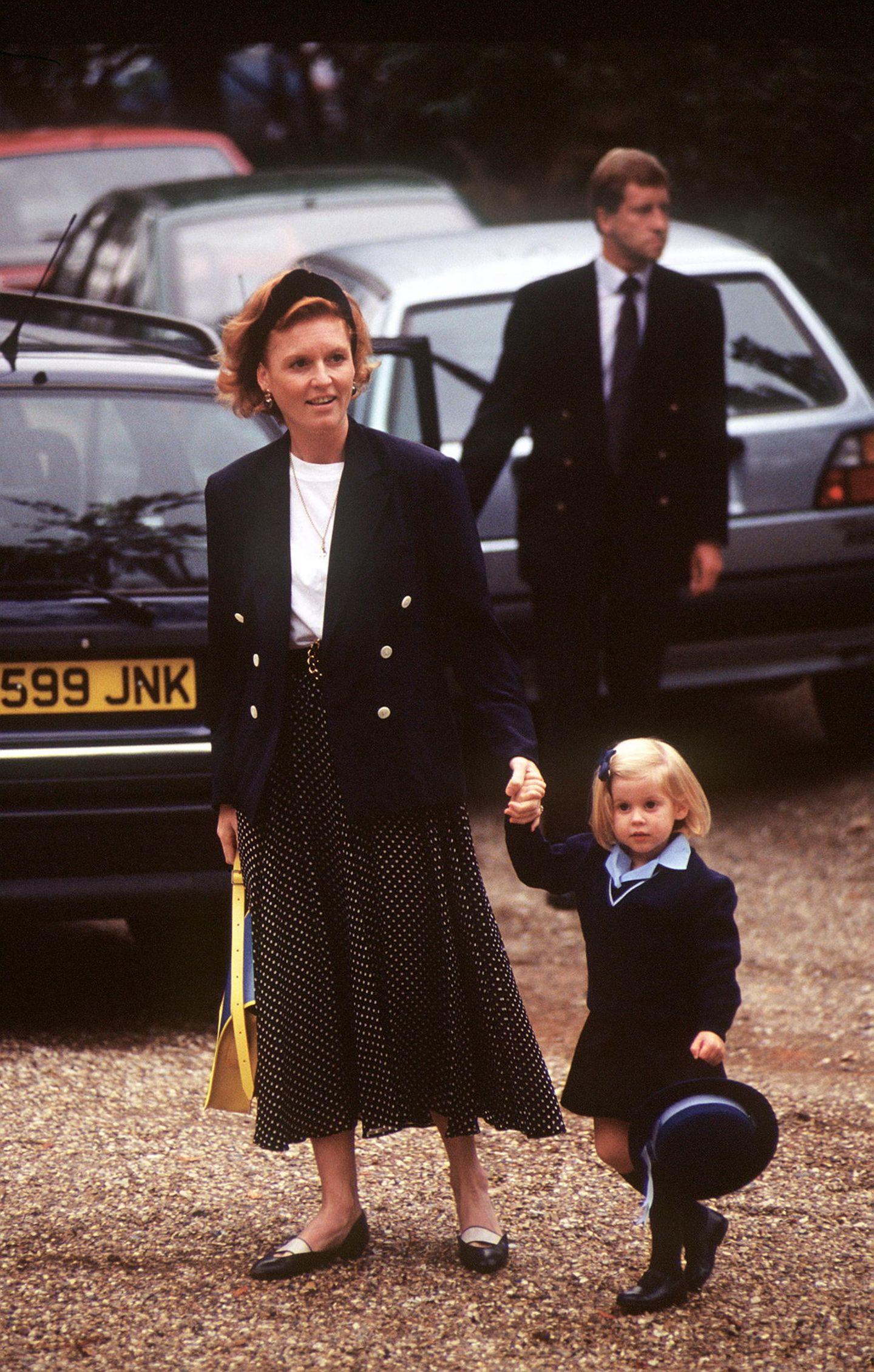 Royals Erster Schultag: Prinzessin Beatrice hält die Hand ihrer Mama
