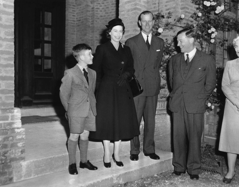 Royals Erster Schultag: Prinz Charles mit Königin Elizabeth vor seiner Schule
