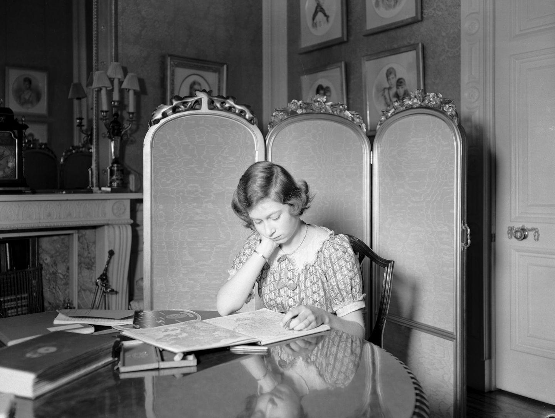 Royals Erster Schultag: Königin Elizabeth als Teenager am Schreibtsich