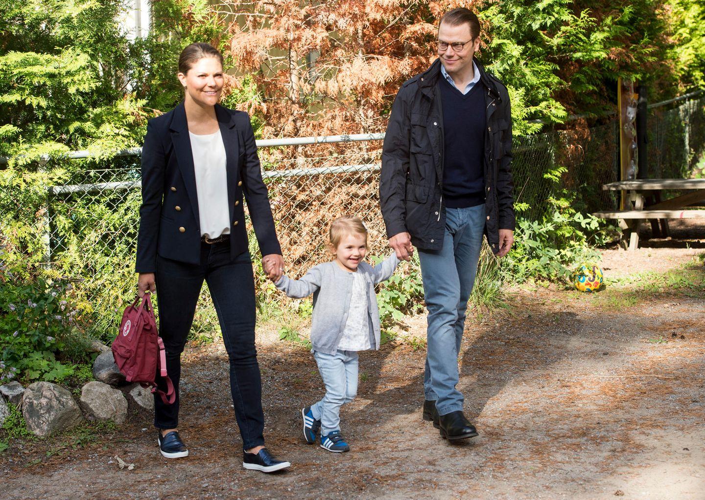 Royals Erster Schultag: Prinzessin Estelle hält die Hände ihrer Eltern