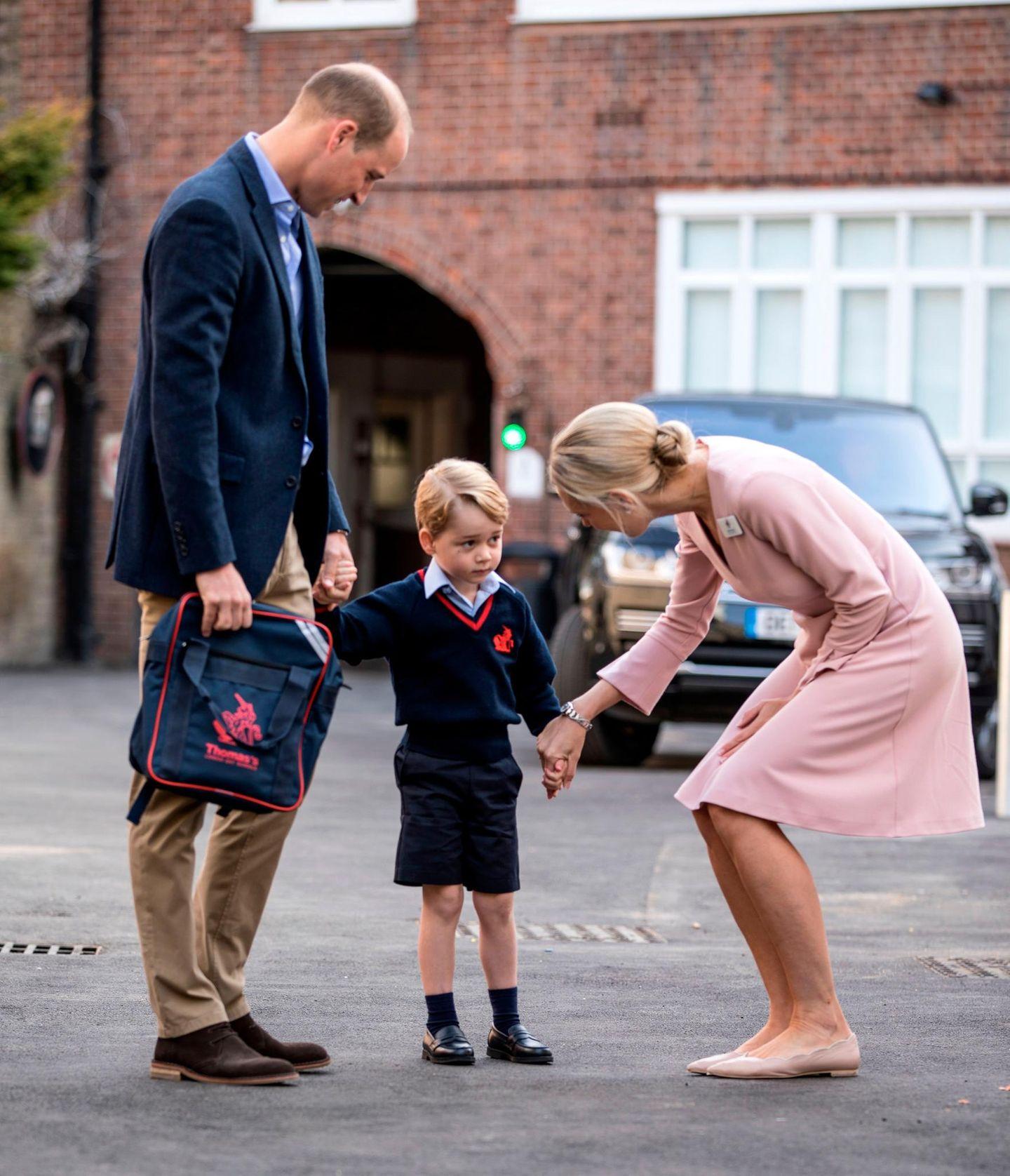 Royals Erster Schultag: Prinz George hält die Hand einer Frau