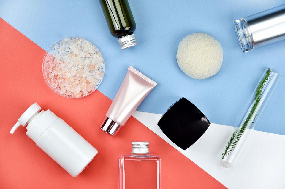 Hautpflege oft wechseln: Hautpflgeprodukte auf einem Hintergrund