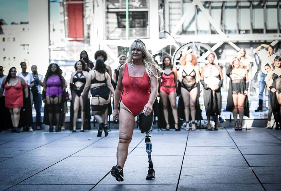 The All Sizes Catwalk: Frau mit Beinpothese