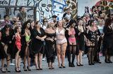 The All Sizes Catwalk: Frauen stehen am Rand