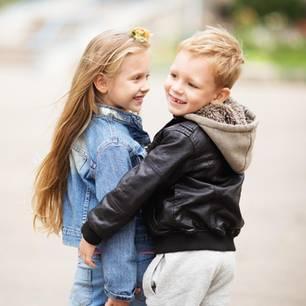 Mädchen und Junge in Kidswear