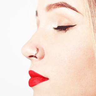 Piercing entzündet: Frau mit Nasenpiercing im Profil