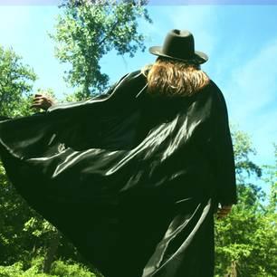 Horoskop: Eine Frau in einem schwarzen Mantel