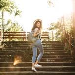 Eine fröhliche, selbstbewusste Frau geht die Treppe hoch