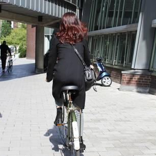 Umweltbewusst leben: Frau fährt Fahrrad
