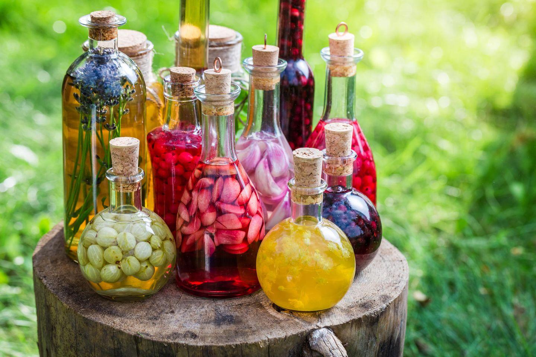 Likör selber machen: Likör mit Früchten in Glasflaschen