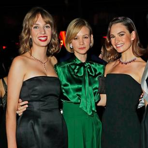 Promi Events: Maya Hawke, Carey Mulligan und Lily James stehen beieinander