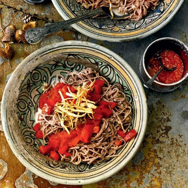 Adzuki-Bohnen-Pasta mit Walnuss-Soße und Paprika-Salsa