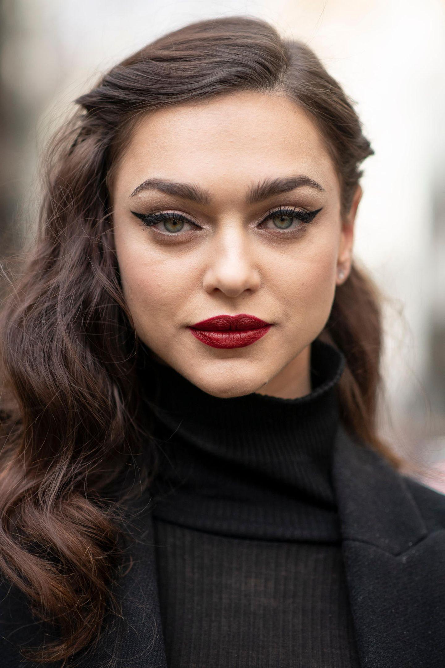 Herbst-Frisuren: Frau blickt in die Kamera