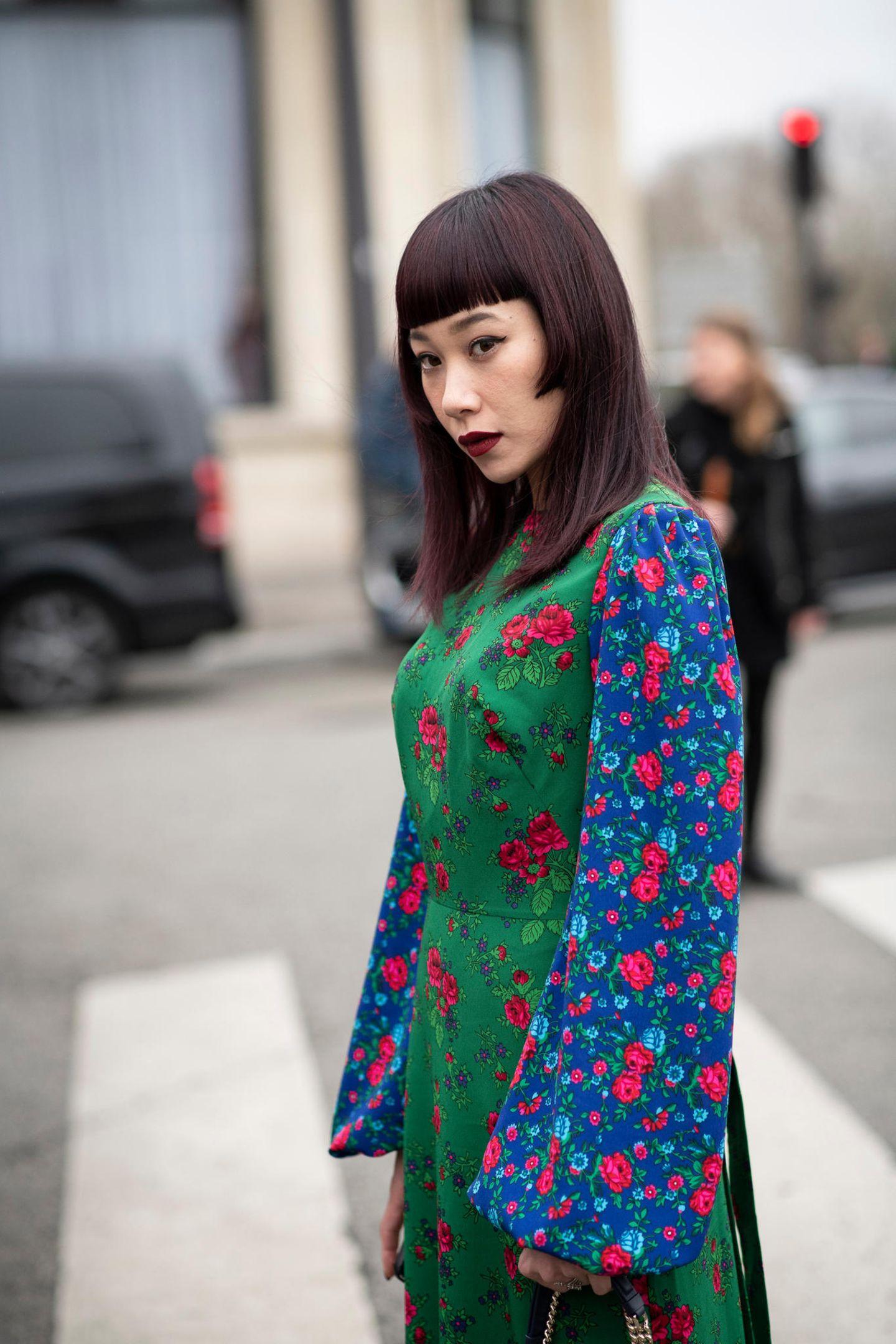 Herbst-Frisuren: Frau mit buntem Kleid und auberginefarbenen Haaren