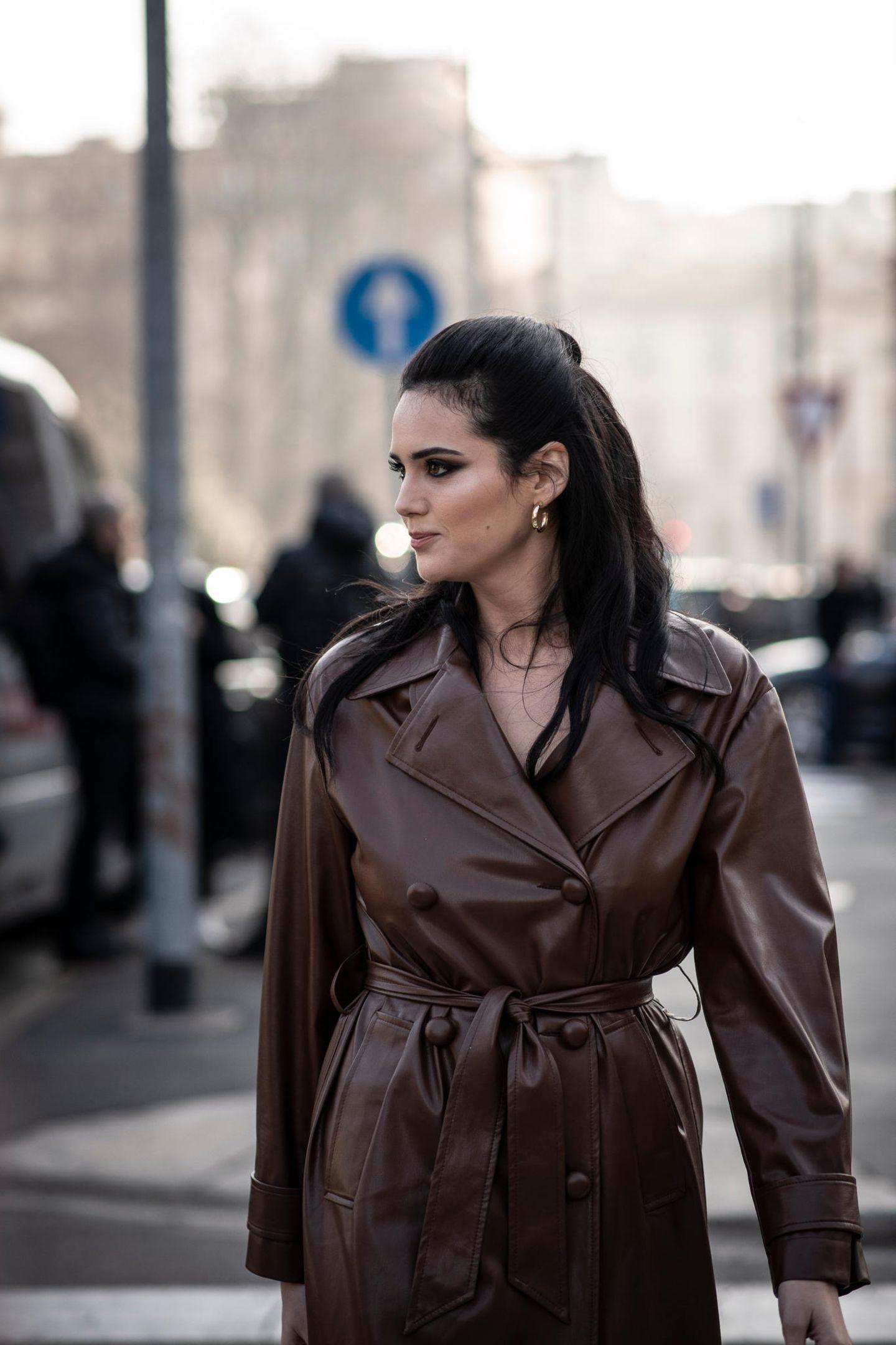 Herbst-Frisuren: Frau in einem Ledermantel