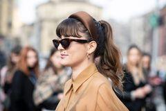 Herbst-Frisuren: Frau mit Sonnenbrille und Haarreifen