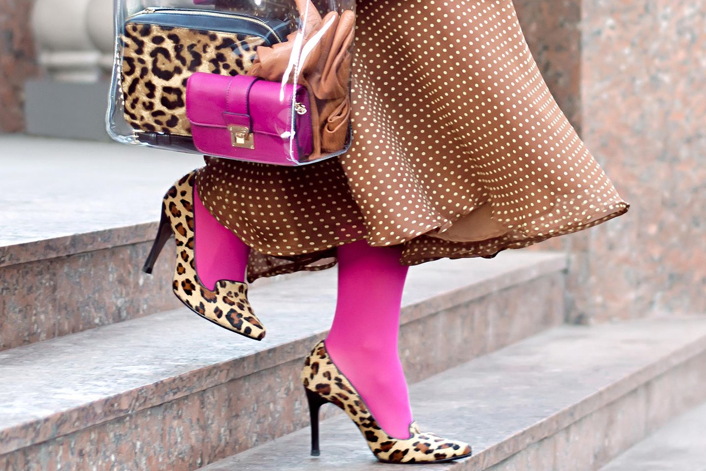 Streetstylelook: pinke Strumpfhose mit Leopumps