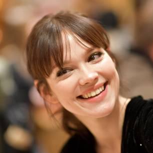 Emilia Schüle überrascht mit neuem Look