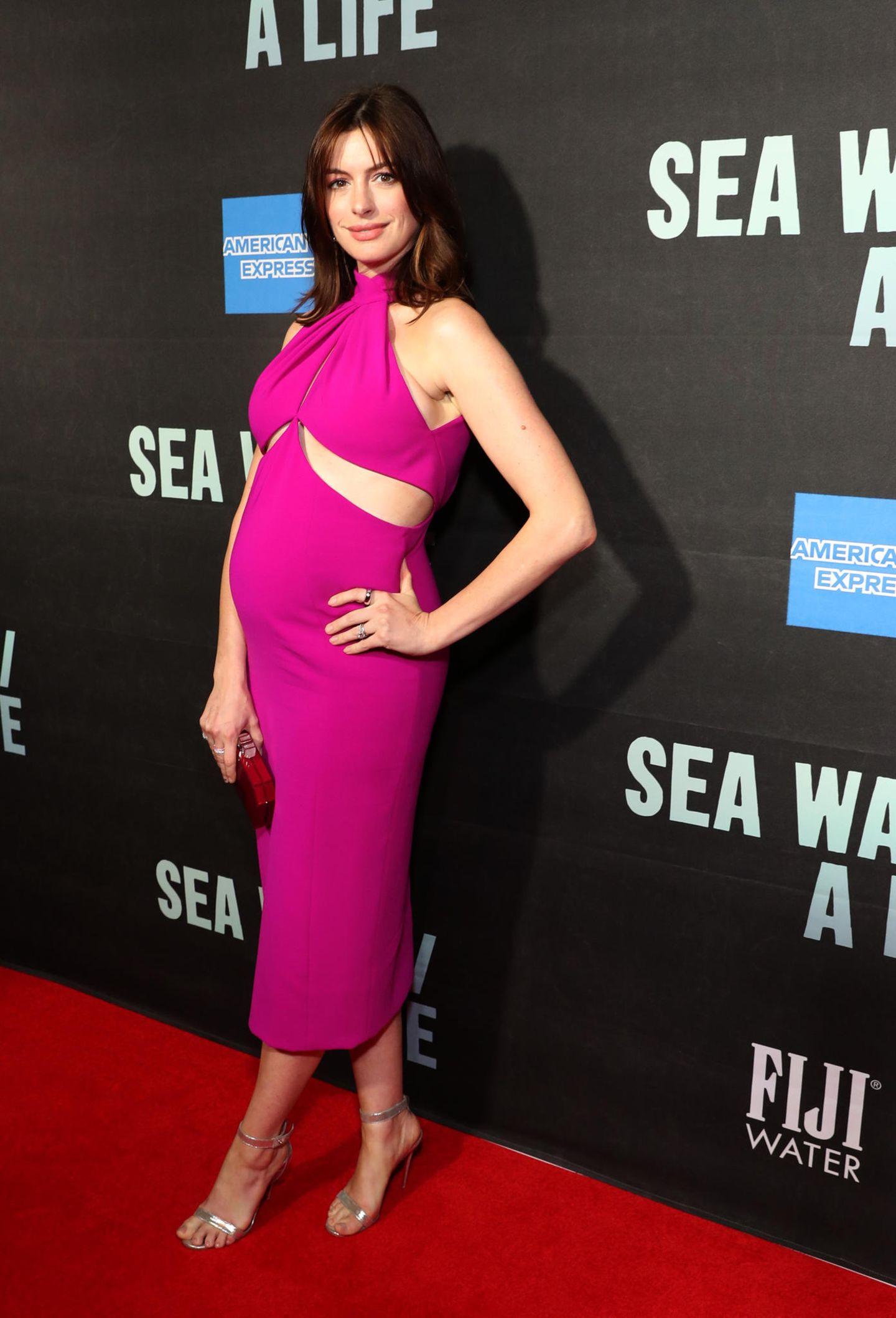 Schwangere Stars: Anne Hathaway in einem pinken Kleid