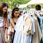 Flohmarkt: zwei Frauen kaufen ein