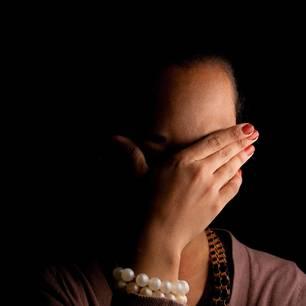 Warum schämen wir uns? - Sollten wir überhaupt?: Frau hält sich beschämt Hand vor das Gesicht