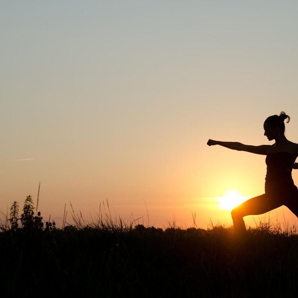 Warrior Diät: Frau macht Kampfübungen in der Natur