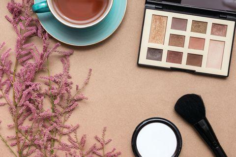 Nachhaltige Beautyprodukte: Lidschatten und Puder auf einem Tisch