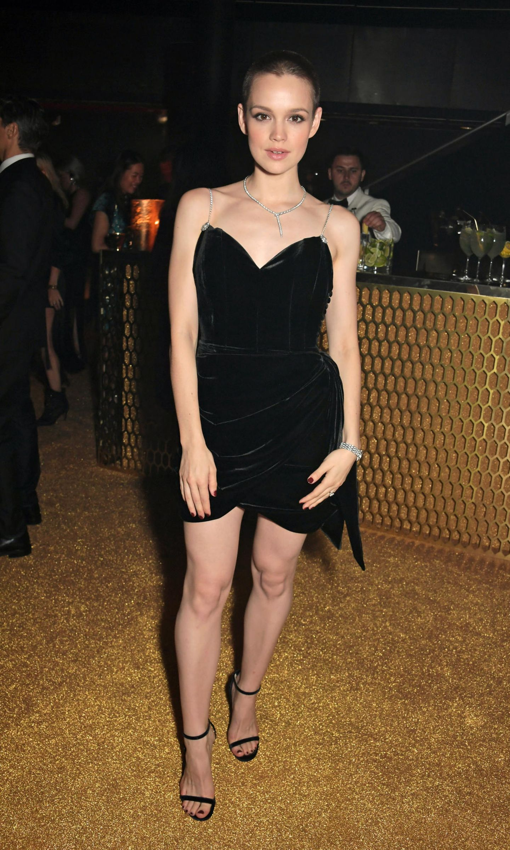 Star-Style: Emilia Schüle im schwarzen Kleid