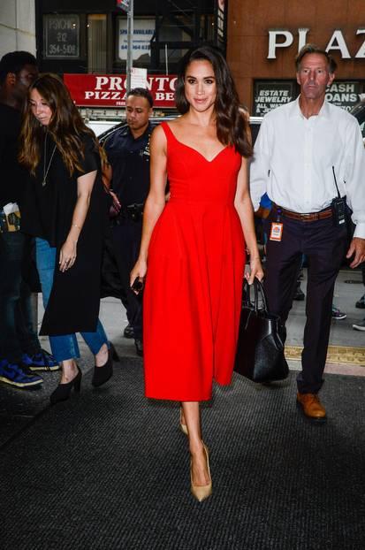 Meghan Markle + Herzogin Kate: Meghan Markle im roten Kleid