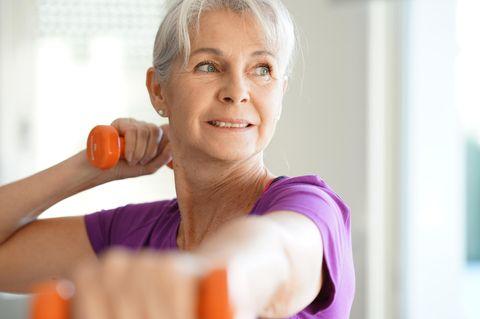 Abnehmen: Ältere Frau beim Sport