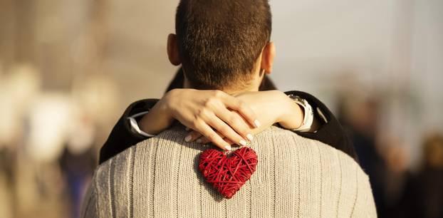 Traummann finden: Eine Frau umarmt ihren Traummann