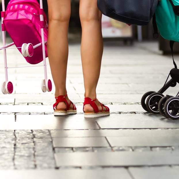 Auszeit als Mama: Mutter mit Puppen- und Kinderwagen