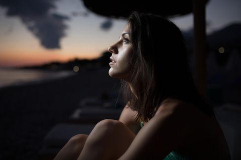 Schlechtes Gewissen: Frau schaut nach oben
