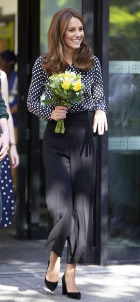 Diesen royalen Auftritt hatte kaum jemand auf dem Schirm: Ganz überraschend besuchte Kate ein Kinderzentrum in London und sorgte nicht nur mit ihrem ansteckenden Strahlen für Aufsehen, auch ihr Outfit zog wieder alle Blicke auf sich. Zu einer weit geschnittenen Hose von Zara kombinierte die Herzogin eine süße Polka-Dot-Bluse von Equipment und schlichte Pumps mit Blockabsatz von Gianvito Rossi.