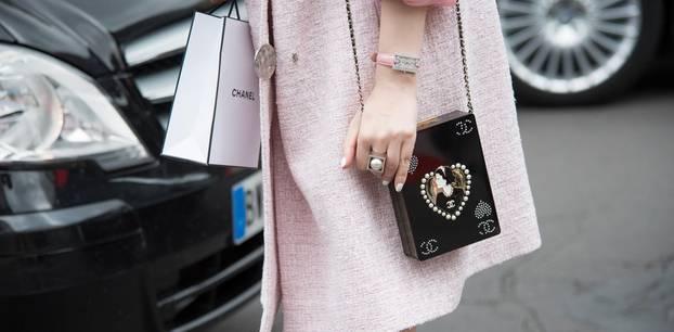 French Nails: Frau mit weißem Nagellack, rosa Mantel und Chaneltasche