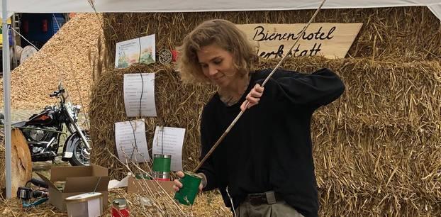 Blütenfreunde: Redakteurin Susanne bastelt Bienenhotels