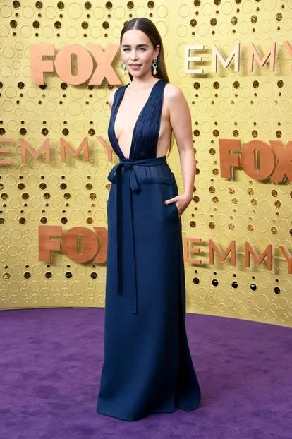 Wir liiieben diesen Look! Emilia Clarke rockt den XXL-Ausschnitt ihres Valentino Haute Couture-Dresses.