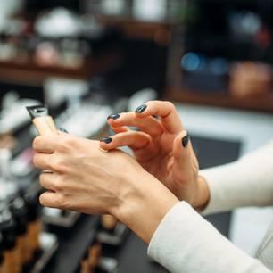 Foundation für Mischhaut: Frau testet Foundation auf der Hand