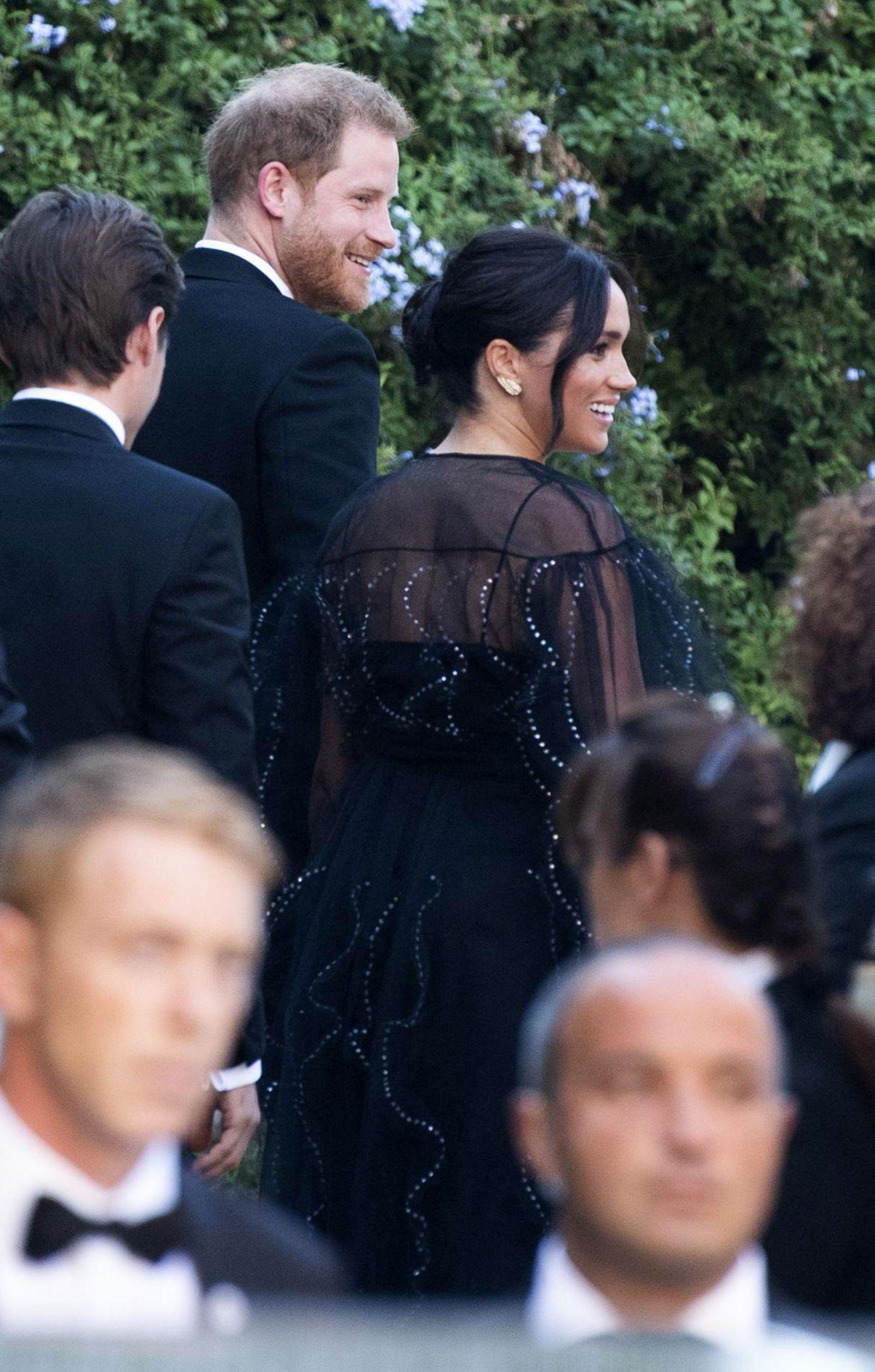 Wow, was für ein Kleid! Zur Hochzeit ihrer Freundin und Designerin Misha Nonoo in Rom wählte Meghan ein ganz besonderes Kleid aus – besonders schön, aber auch besonders kostspielig. Die halbtransparente Robe mit silbernen Pailletten ist aus dem Hause Valentino und war der Herzogin satte 12.000 Euro wert. Immerhin: Da es sich um einen privaten Termin handelte, zahlte die 38-Jährige das Traumkleid aus eigener Tasche.  Für Meghan, die gemeinsam mit Ehemann Prinz Harry anreiste, dürfte Nonoos Hochzeit ei ganz besonderer Termin gewesen sein. Immerhin soll es die Designerin gewesen sein, die Meghan und Harry einander vorstellte. Der Rest ist bekanntlich Geschichte!