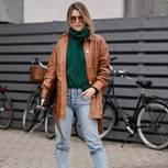 Herbstoutfits: Frau mit brauner Lederjacke und grünem Pullover