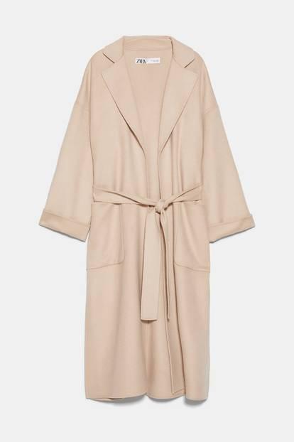 Fashionistas tragen Wollmäntel jetzt in Hellbeige, mit weiten Ärmel, aufgesetzten Taschen und Seitenschlitzen. Wir machen's natürlich direkt nach, denn diesem Look kann keiner widerstehen. Von Zara, um 140 Euro.