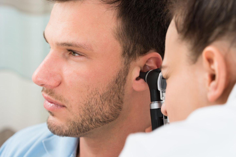 Hörsturz-Behandlung: Ärztin untersucht ein Ohr