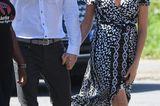 ... den der Schnitt des schwarz-weißen Dresses schmeichelt Meghans Figur hervorragend, der zarte Stoff weht zudem so schön im Wind, das er immer wieder den Blick auf die trainierten Beine der Royal freigibt.