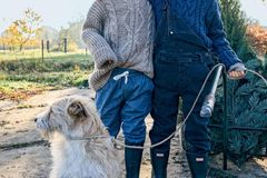 Ausflug nach Bullerbü: Zwei Jungs in Strickmode