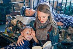 Ausflug nach Bullerbü: Mutter und Kinder in Strickmode