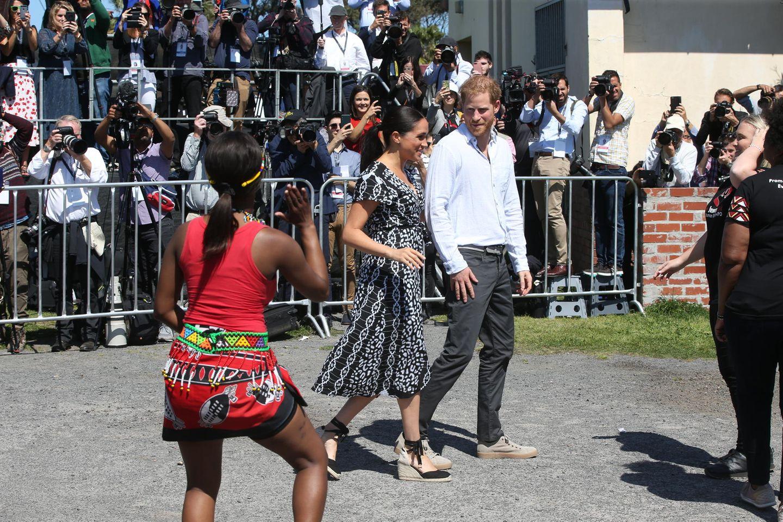 Meghan und Harry haben ihre zehntägige Afrikatour gestartet und direkt zum Auftaktin Kapstadt dürfen wir uns bereits über den ersten Look der Herzogin freuen – und mit dem macht sie mal wieder alles richtig. Das gemusterte Wickelkleid stammt von einem kleinen nachhaltigen Label aus Malawi und kostet umgerechnet gerade mal 78 Euro – zudem ist es perfekt für Meghan ...